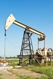 Mening van pumpjack pompende olie stock fotografie