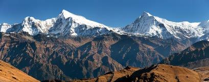 Mening van Putha Churen Himal en Dhaulagiri Himal stock fotografie