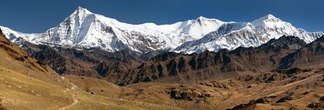 Mening van Putha Churen Himal en Dhaulagiri Himal royalty-vrije stock fotografie