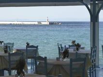 Mening van restaurantterras bij haven bij zonnige dag stock foto's