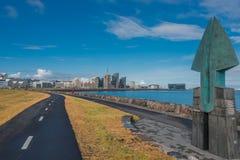 Mening van Reykjavik van de binnenstad, dijk, de oceaan en de fiets Stock Foto's