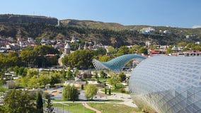 Mening van Rike Park met Brug van Vrede in Tbilisi, Georgië stock videobeelden