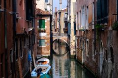 Mening van Rio Tera Canal met boten in Venetië, Italië Venetië i Stock Foto's