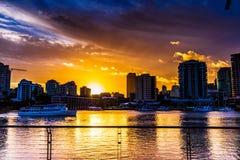 Mening van rivier en stad op zonsondergang stock foto's