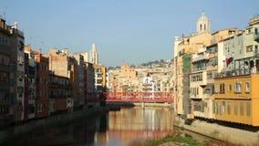 Mening van rivier Onyar in Girona in dagtijd stock videobeelden