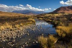 Mening van Rocky Stream door droog bergachtig Landschap wordt omringd dat Royalty-vrije Stock Foto's