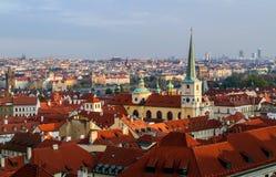 Mening van rode tegeldaken in Lesser Town, in Praag, Tsjechische Republiek Stock Afbeeldingen