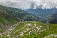 Mening van Rohtang-pas bij mooie groene Kullu-vallei stock fotografie