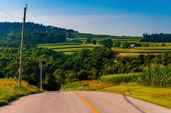 Mening van rollende heuvels en landbouwbedrijven van een landweg in York Coun Stock Afbeeldingen