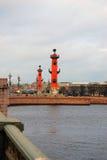 Mening van Rostral kolommen in heilige-Petersburg, Rusland Stock Afbeeldingen
