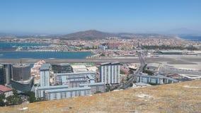 Mening van Rots van Gibraltar, Brits Gebied overzee, met Luchthaven en LaLinea, Zuidelijk Spanje op achtergrond royalty-vrije stock foto