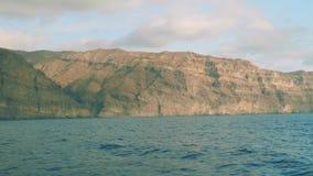 Mening van rotsachtige kust van Gran Canaria van raad die van drijvend jacht in oceaan varen stock video