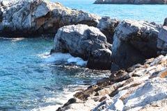 Mening van rotsen in het overzees stock foto