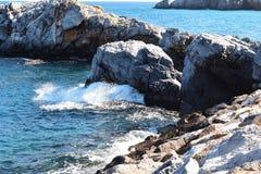 Mening van rotsen in het overzees stock foto's