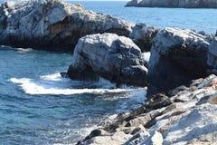 Mening van rotsen in het overzees stock afbeelding