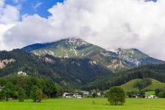 Mening van Saalfelden in Oostenrijk in richting van Berchtesgaden stock fotografie
