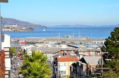 Mening van San Francisco Bay en Pijlers met Alcatraz op de achtergrond Stock Afbeeldingen