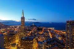 Mening van San Francisco van de binnenstad bij schemer Stock Foto