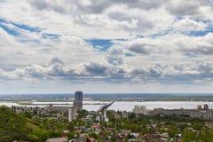 Mening van Saratov en de brug door Volga stock afbeeldingen