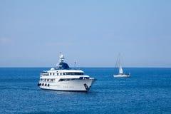 Mening van schepen van hierboven op het blauwe overzees Royalty-vrije Stock Afbeelding
