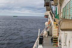 Mening van schip of schipdek aan open zee - het op zwaar werk berekende werk op zee Royalty-vrije Stock Foto