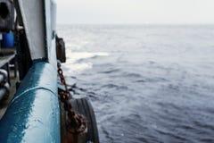Mening van schip of schipdek aan open zee - het op zwaar werk berekende werk op zee Royalty-vrije Stock Afbeelding