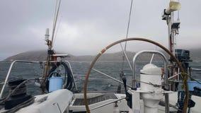 Mening van schipraad die op stormachtige overzeese golven varen Jacht die op overzeese golven slingeren stock footage