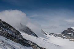 Mening van Seewjinengletscher-gletsjer in Monte Rosa-massief Schwarzberghorn zet bij achtergrond op royalty-vrije stock afbeelding