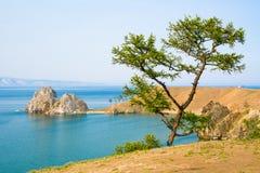 Mening van Shamanka-rots, Kaap Burhan op Olkhon-eiland Meer Baikal, Rusland stock afbeelding