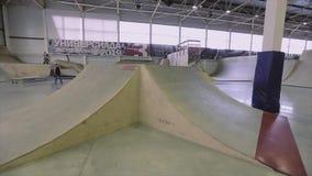 Mening van skatepark met vele springplanken, omheining competition uitdaging De wedstrijdschaatsers maken truc stock footage