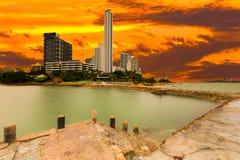 Mening van skyscrappers bij Wong Amat-strandtoeristische attractie in Pa Royalty-vrije Stock Afbeeldingen