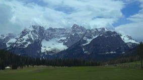 Mening van snow-capped piek van de Dolomietbergketen, in noordoostelijk Italië wordt gevestigd dat stock footage