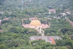 Mening van spoedig u-Vijver Nya Shin Paya Pagoda, Sagaing-heuvel, Sagaing-Stad, de Oude Stad van Godsdienst en Cultuur buiten Man stock fotografie