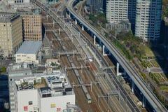 Mening van spoor van de Ultrasnelle trein van Shinkansen bij de post van Tokyo, Japan Stock Afbeelding