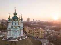Mening van St Andrew ` s Kerk en het historische Podol-deel van de stad Kiev, de Oekraïne Royalty-vrije Stock Fotografie