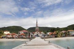 Mening van St Henry kerk en het dorp van Les Anses D ` Arlet van pijler, Grote Anse, Martinique Stock Fotografie