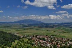 Mening van St Kuuroordenheuvel aan berg Vitosha en Plana Stock Foto's