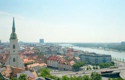 Mening van St. Martin Kathedraal (1452) en panorama van Bratislava Royalty-vrije Stock Afbeeldingen
