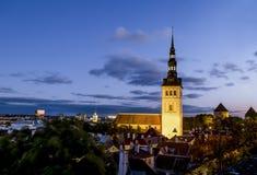 Mening van St Nicholas Church in oud Tallinn bij zonsondergang Estland Stock Afbeeldingen