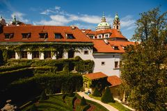 mening van St Nicholas Church in Praag, Tsjechische Republiek royalty-vrije stock afbeeldingen