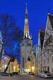 Mening van St Olaf Kerk in de Oude Stad van Tallinn in schemer, Estland Royalty-vrije Stock Afbeelding
