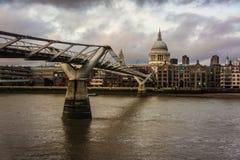 Mening van St Paul Kathedraal en Millenniumbrug, Londen, Engeland royalty-vrije stock fotografie