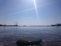Mening van St Petersburg Het kanaal van de rivier met boten in heilige-Petersburg stock foto