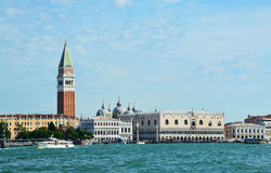 Mening van St Teken` s klokketoren en het Doge` s Paleis uit vaporetto op de Lagune van Venetië wordt genomen, Italië dat Stock Foto
