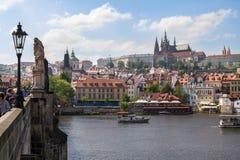 Mening van St Vitus Cathedral en het Kasteel van Praag Royalty-vrije Stock Afbeeldingen