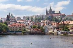 Mening van St Vitus Cathedral en het Kasteel van Praag Stock Foto