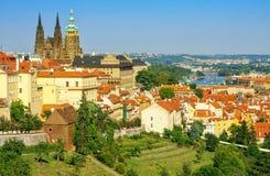 Mening van St Vitus Cathedral en Praag Royalty-vrije Stock Foto's