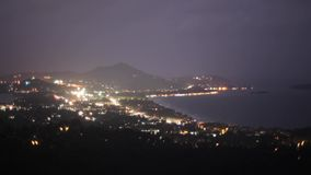 Mening van stad bij oceaan in dag en nacht lichten Bergen Cityscape Timelapse stock video