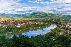 Mening van stad langs de Khan-rivier van Luang Prabang, Laos stock fotografie
