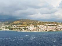 Mening van stad Reggio di Calabria van overzees stock foto